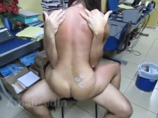 Morena com cintura fina fudendo no escritório