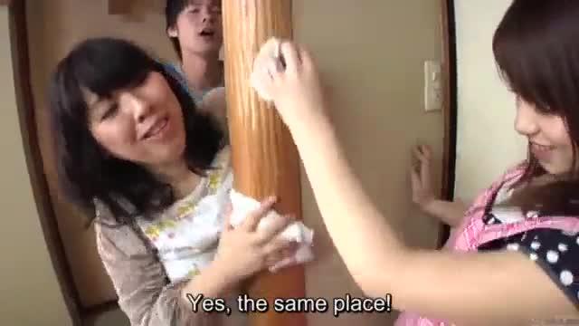 Japonesa safada dando uma rapidinha enquanto rapaz a fode por trás