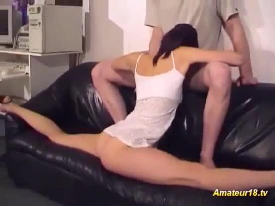 Magrela safada fazendo contorcionismo na hora do sexo