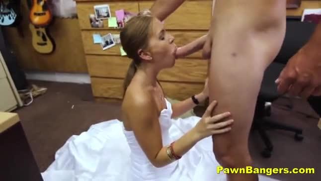 Vídeo de novinha trepando vestida de noiva