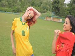 Duas mulheres gostosas peladas jogando futebol