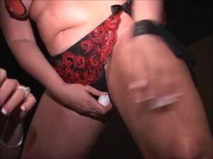 Gordinha com seios pintados fudendo com outra mulher