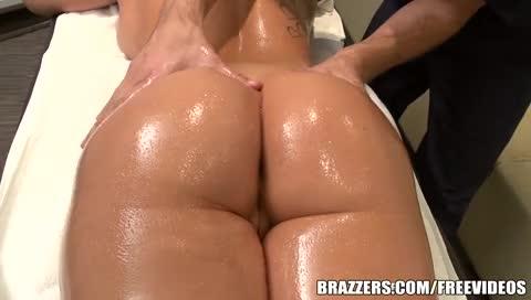 Gostosona com bunda grande recebendo massagem pelada