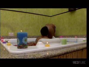 Morena dando o cuzinho para homem peludo