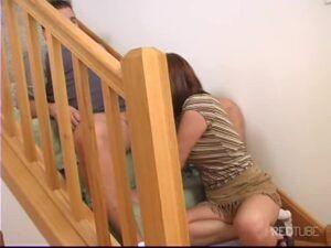 Casal amador fazendo sexo na escada