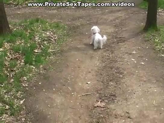 Gozando no rosto da namorada atrás do carro no meio do mato