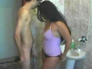Primo ataca prima gostosona no banheiro e dão uma rapidinha