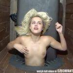 Vídeo com várias vadias com suas bucetas arreganhadas no buraco da glória