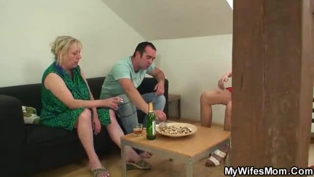 Velhota safada sendo flagrada pela filha trepando com seu noivo