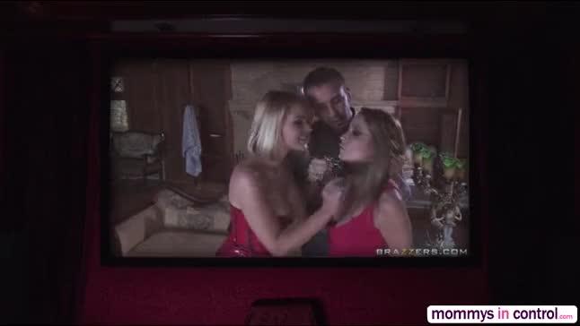 Vídeo de sexo dentro de cinema após filme pornô