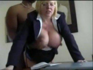 Negão fodendo a patroa peituda casada no escritório