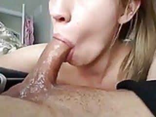 Mamando o namorado até ele gozar na sua boquinha