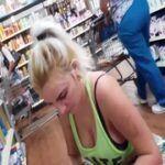 Loira gata é flagrada no supermercado bem a vontade