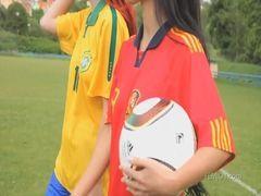 Mulheres bonitas peladas no campo de futebol